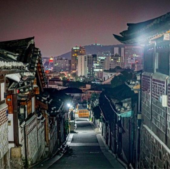 Vẻ đẹp về đêm của làng cổ Bukchon